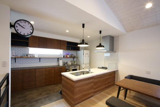 自社製のキッチンバック収納棚。扉面材にはオーク突板を使用
