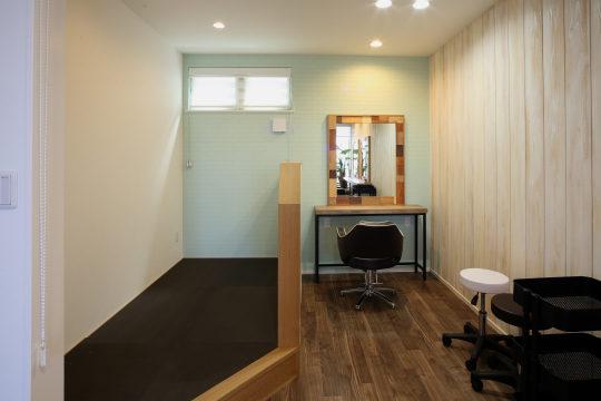 着付けスペース兼キッズスペースのタタミ敷き小上り。上部スクリーンを下ろせば個室ブースに。