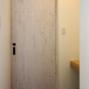 WC入口の引戸(サインロゴ切り抜きました!!)