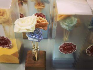 カンナくずがバラに、えびすや販売品コーナー