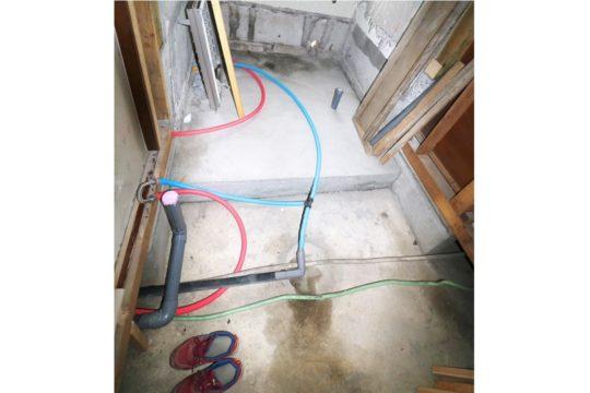 水道工事、電気工事を行います。青い管が水赤い管がお湯です。