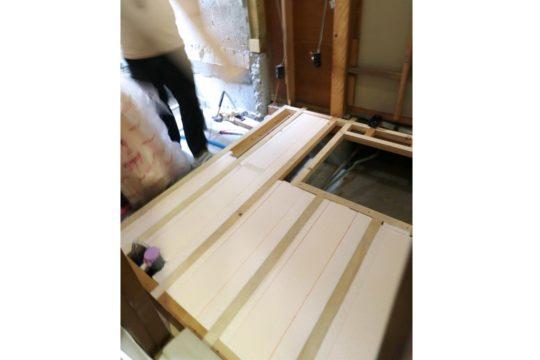 洗面室の床に断熱材を施工します。床下点検口もあると役に立ちます。