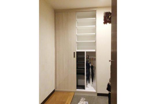 右側上部は小物等の収納スペース、下部には笠掛け?スペースです。