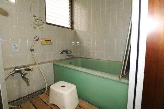旧浴室。床壁ともタイルで浴槽はアクリルです。断熱はありません。