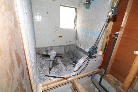 最初に解体工事です。浴槽を外し、床コンクリートおよび一部の基礎コンクリートをはつります。洗面室も床壁を解体します。