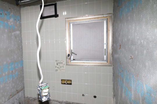 とかく忘れやすい窓の工事です。ユニットバスの壁の厚みのため、既存の窓の中に小さな窓を入れてスペースを確保します。