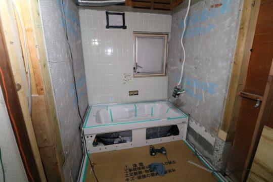 ユニットバス浴槽と床施工中です。