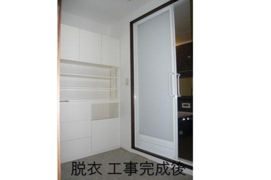 脱衣棚は、清潔感のある白い面材で当社製作しました。