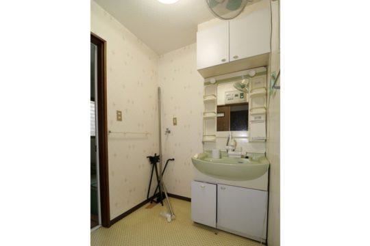 リフォーム前の洗面室です。洗濯機のスペースがあります。